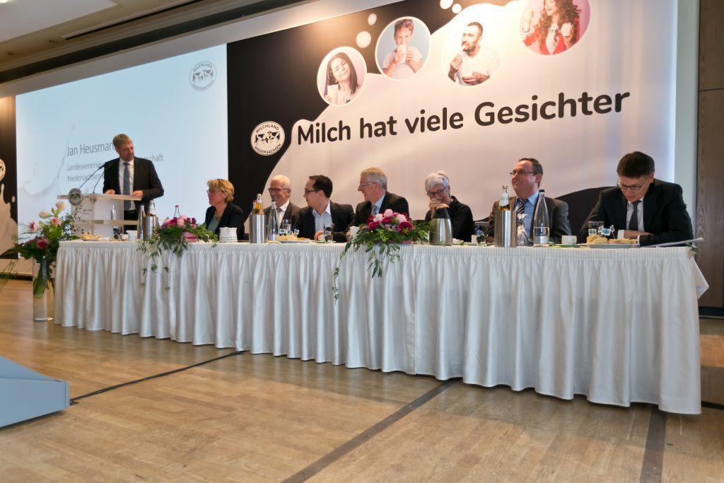 Mitgliederversammlung der LVN; Redner am Tisch