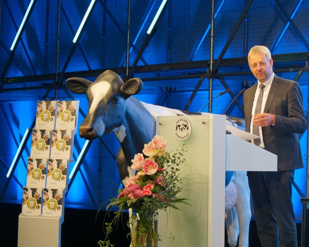 Vorstand der LVN Jan Heusmann auf der Bühne der LVN-Mitgliederversammlung.
