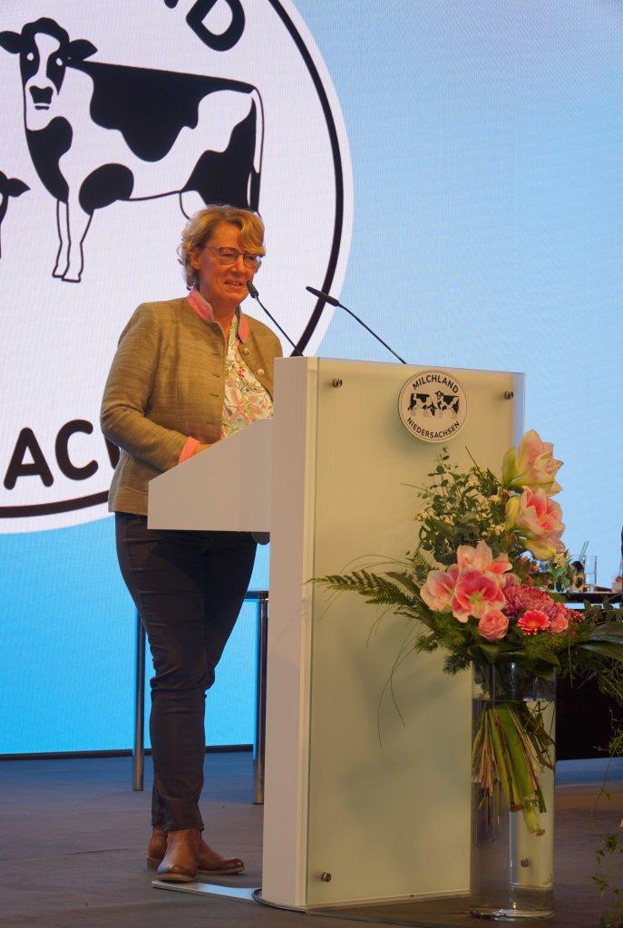 Niedersächsische Ministerin für Ernährung, Landwirtschaft und Verbraucherschutz Barbara Otte-Kinast auf der Bühne der LVN-Mitgliedsversammlung.