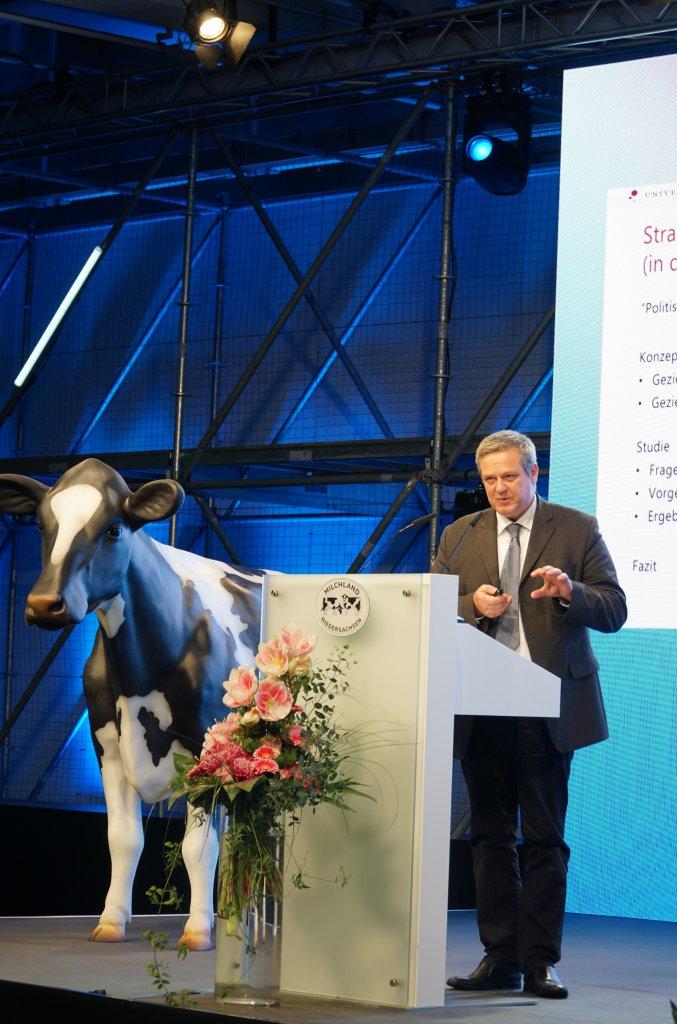 Gastreferent Prof. Dr. Volker Krömker  auf der Bühne der LVN-Mitgliedsversammlung.