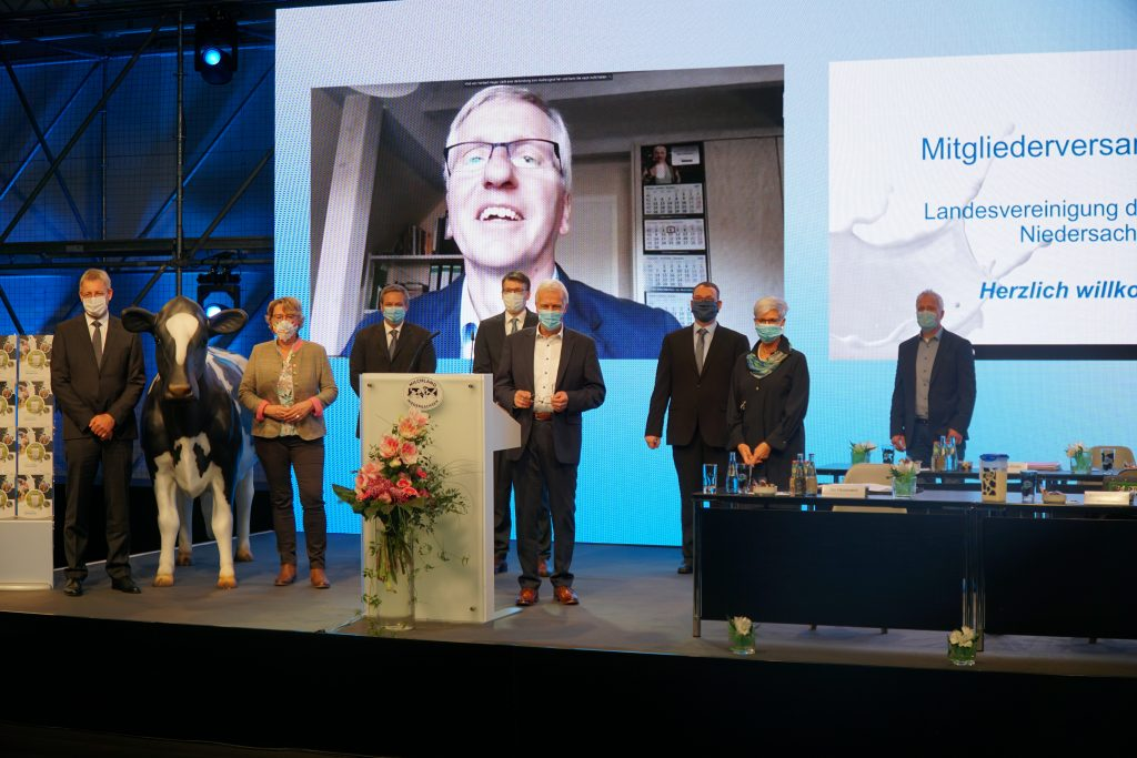 Vorstand, Geschäftsführung und Referenten auf der Bühne der ersten virtuellen LVN-Mitgliederversammlung in Hannover
