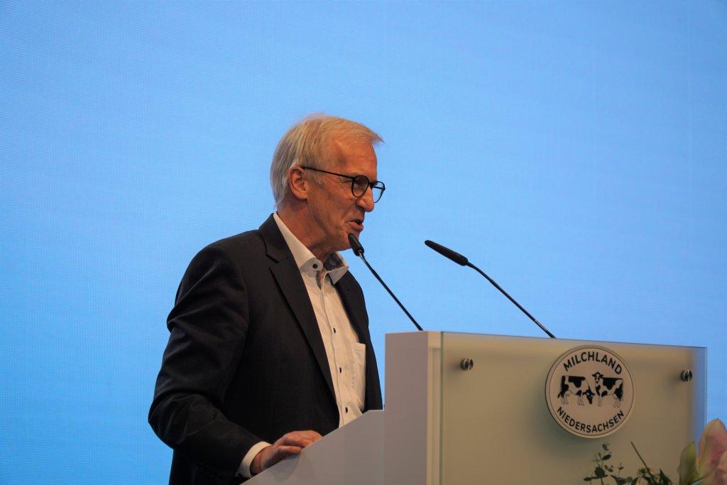 Landvolkpräsident Albert Schulte to Brinke auf der Bühne der LVN-Mitgliederversammlung.
