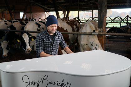 KUHltur im Stall Auftritt von Pianist Josef Barnickel im Kuhstall