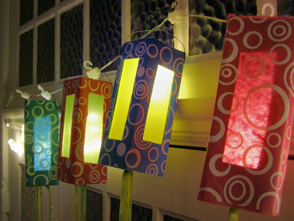Lichterkette aus Milchkartons