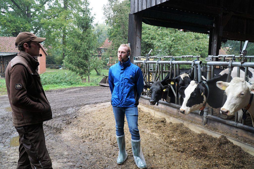 Timo und Johannes bei StadtLandKuh vor Milchkühen