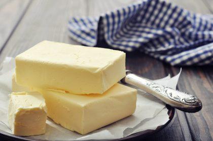 Butter Stücke auf Teller mit Messer
