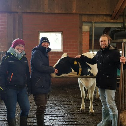 Timo mit Maren, Tanja und Kuh im Stall in Oldenburg für 5. Podcast-Folge StadtLandKuh