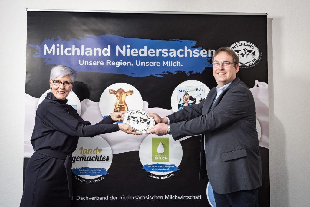 Kristine Kindler übergibt Logo Milchland Niedersachsen an Frank Feuerriegel