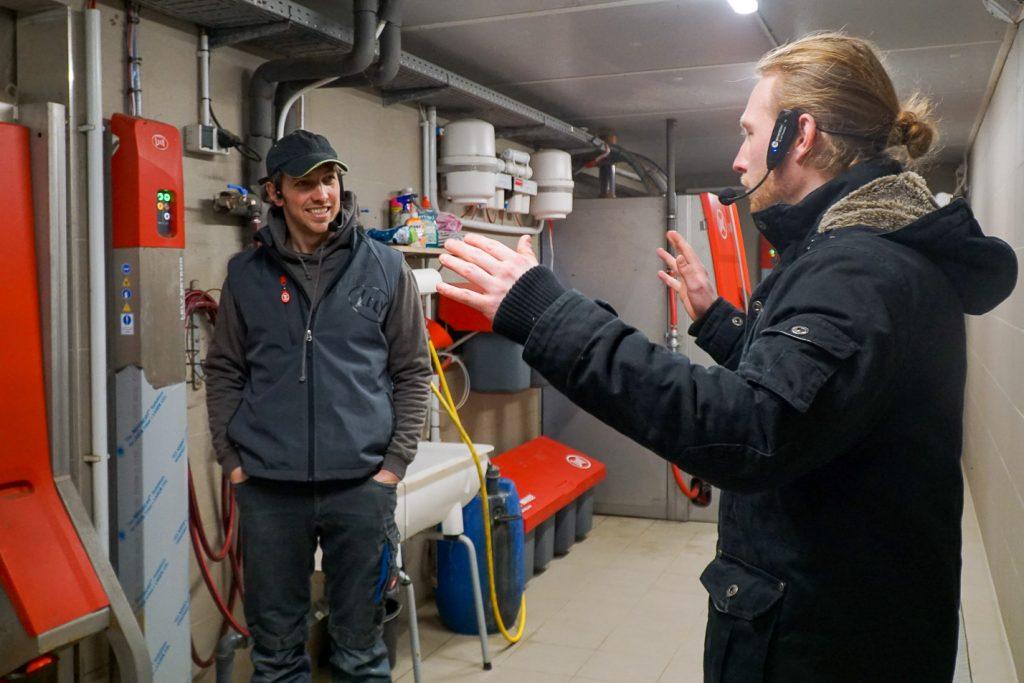 Timo und Sven vorm Melkroboter