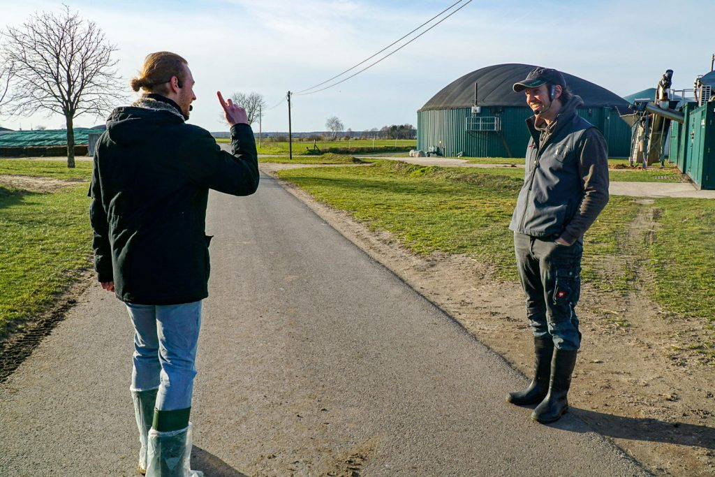 Timo und Sven vor Biogasanlage