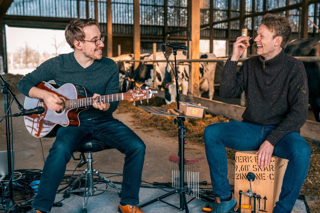 Chris und Julian spielen für KUHltur im Stall