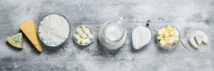 Diverse Milchprodukte nebeneinander gereiht