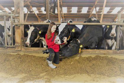 My KuhTube Kids Kinderreporterin Vitoria im Kuhstall mit Kuh im Arm