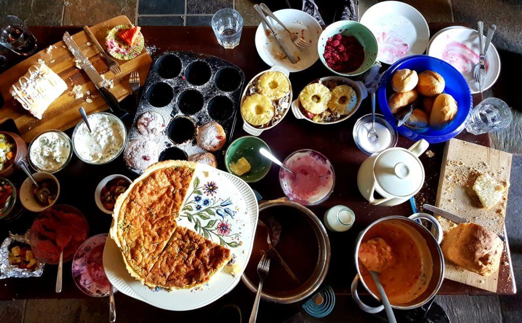 Gerichte von Landgemachtes auf Tisch