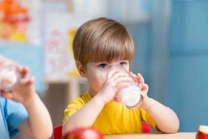 Kind mit Glas Milch_Essen und Trinken in der Kita_AdobeStock Foto