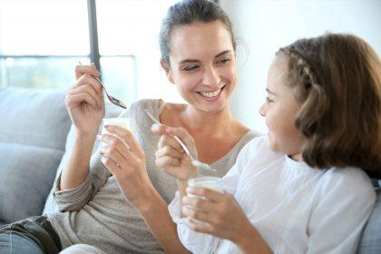 Mutter und Tochter mit Joghurt