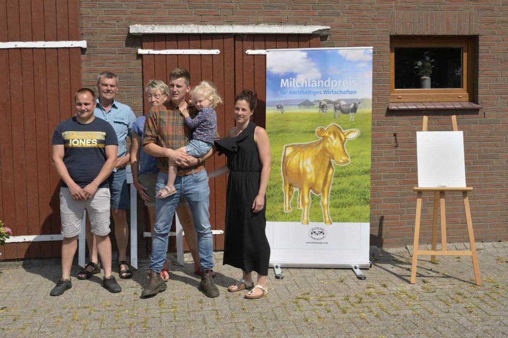 Milchlandpreis 2020: Hofschildübergabe bei Familie Borchers