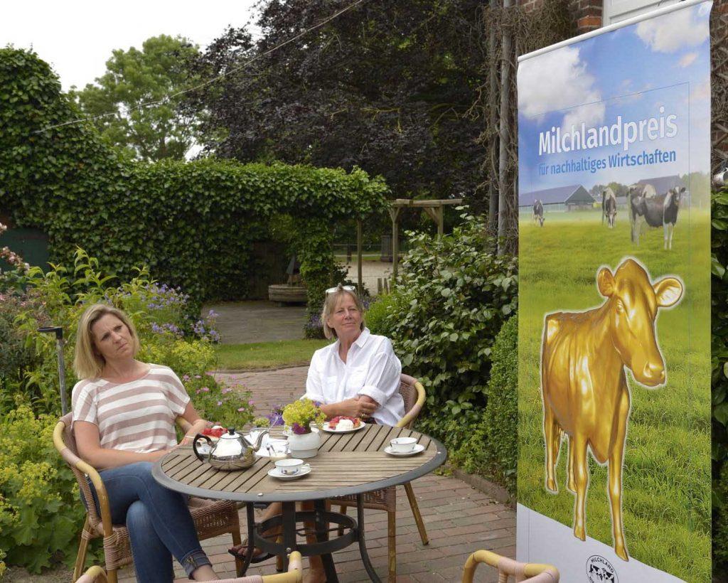 Milchlandpreis 2020: Hofschildübergabe bei Familie Lindena