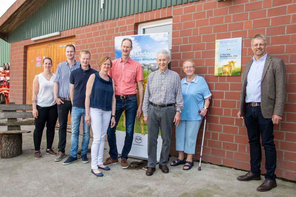 Milchlandpreis 2020: Hofschildübergabe bei Familie Janke