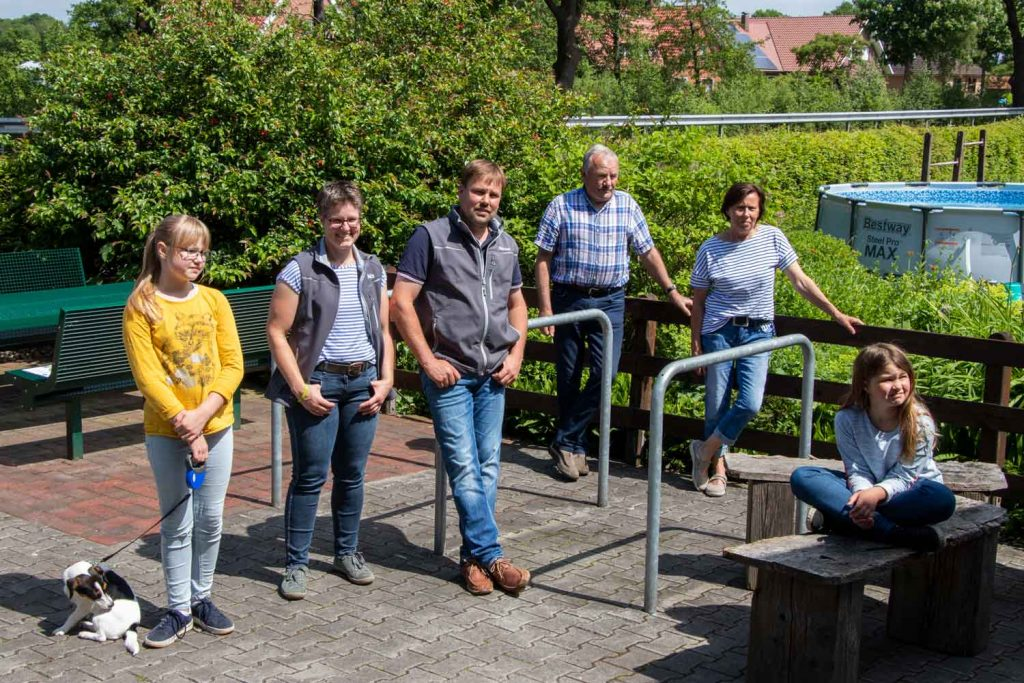 Milchlandpreis 2020: Hofschildübergabe bei Familie Lucassen