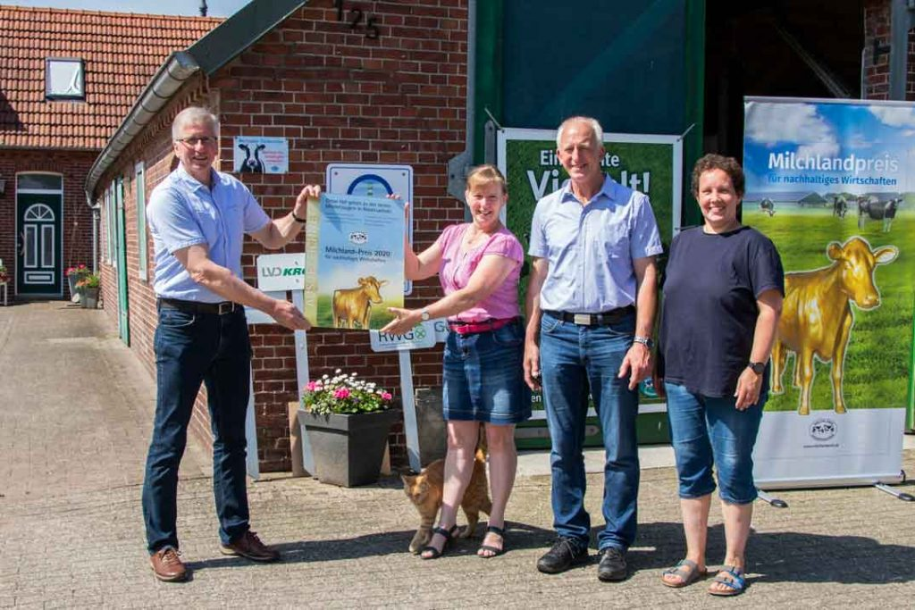 Milchlandpreis 2020: Hofschildübergabe bei Familie Seetzen