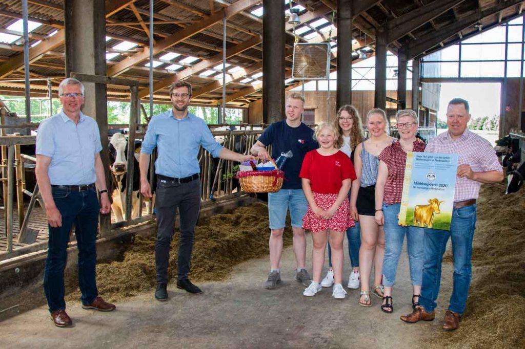 Milchlandpreis 2020: Hofschildübergabe bei Familie Lüschen-Strudthoff