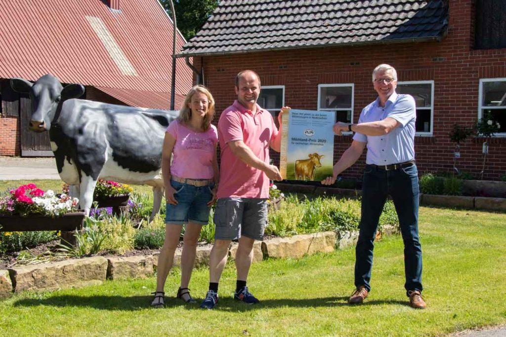 Milchlandpreis 2020: Hofschildübergabe bei Familie Kethorn