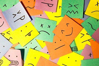 Bunte Zettel mit verschiedenen Emotionen