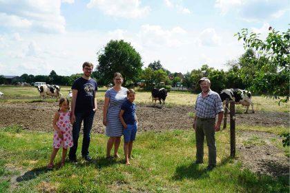 Influencerin Anika Barton mit Familie zu Besuch bei Milchbauer Helmut