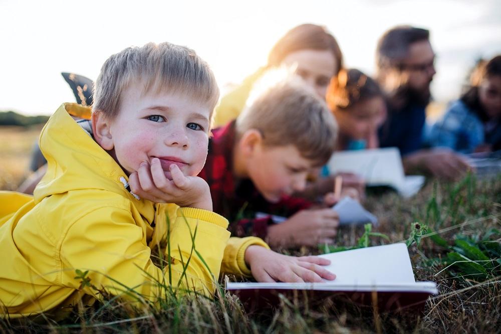 Kids lesen im Grünen