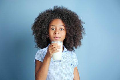 Mädchen mit Milchglas