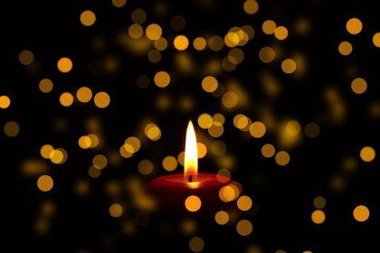 Trauerkerze mit Lichtern