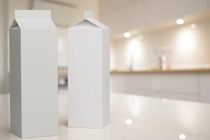 Zwei Milchpackungen in Küche