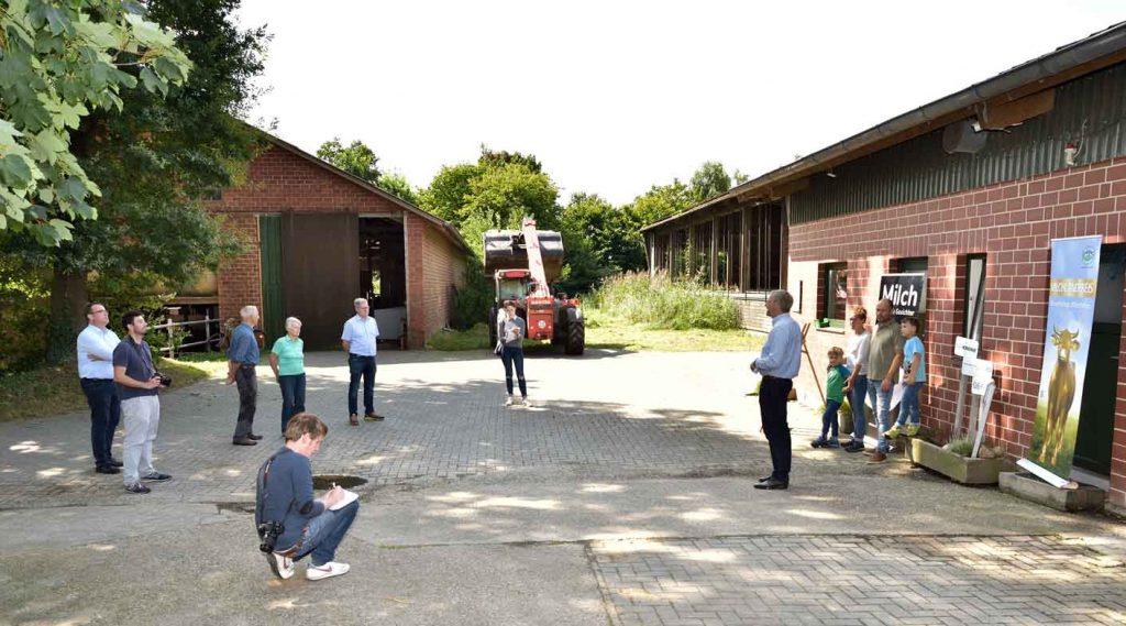 Milchlandpreis 2020: Hofschildübergabe bei Familie Brüning