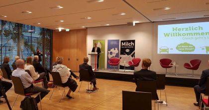 Matthias Schulze-Steinmann moderiert für DIALOG Milch in Berlin